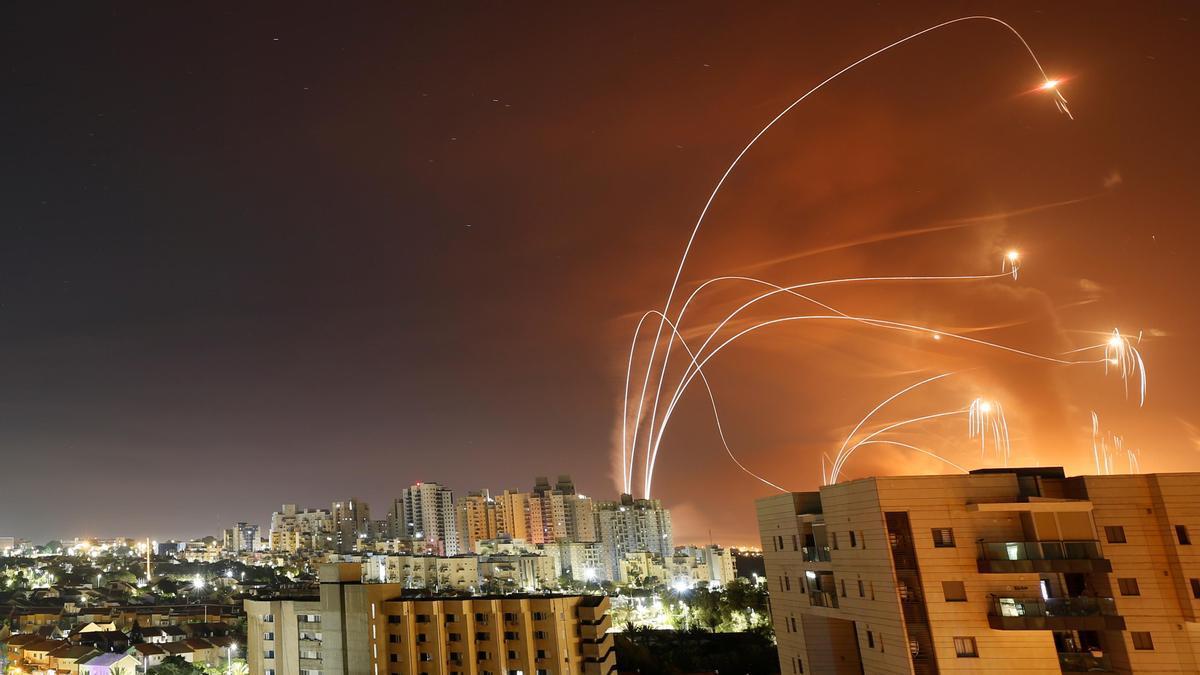 El sistema de la Cúpula de Hierro de Israel actúa contra los misiles lanzados desde Gaza.