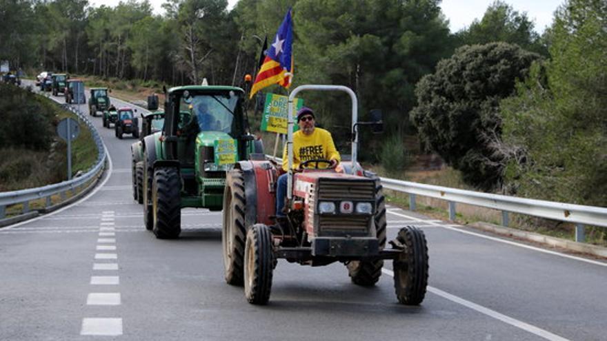 Unió de Pagesos fa una tractorada contra l'aeròdrom a Peralada