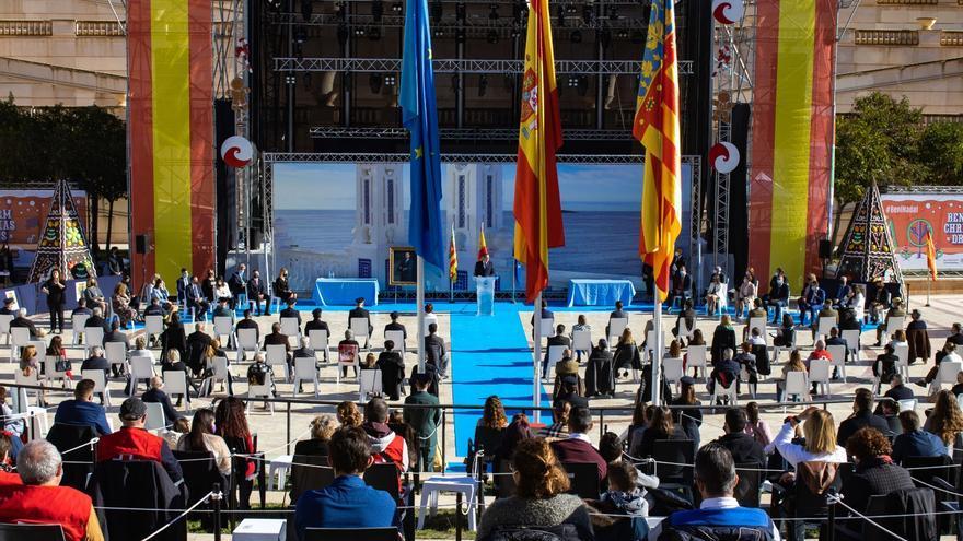 El Ayuntamiento de Benidorm conmemora el Día de la Constitución con un pleno al aire libre