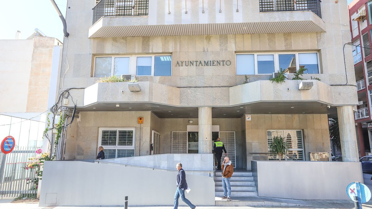 Facade of the main access of the Torrevieja Town Hall