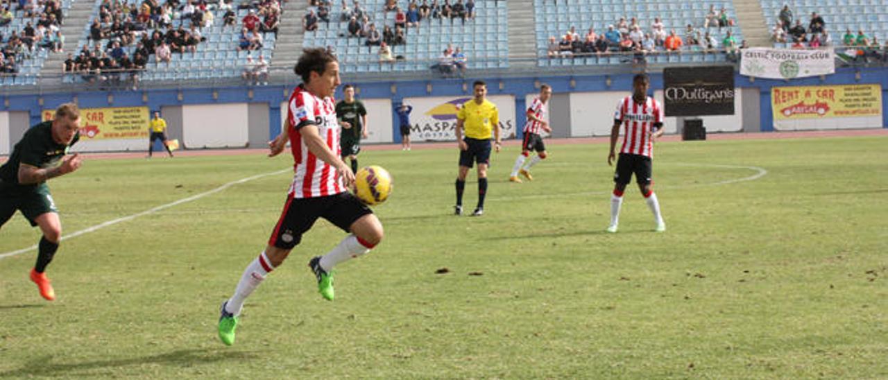Guardado (PSV) contra el balón en la última edición del Torneo de Maspalomas.