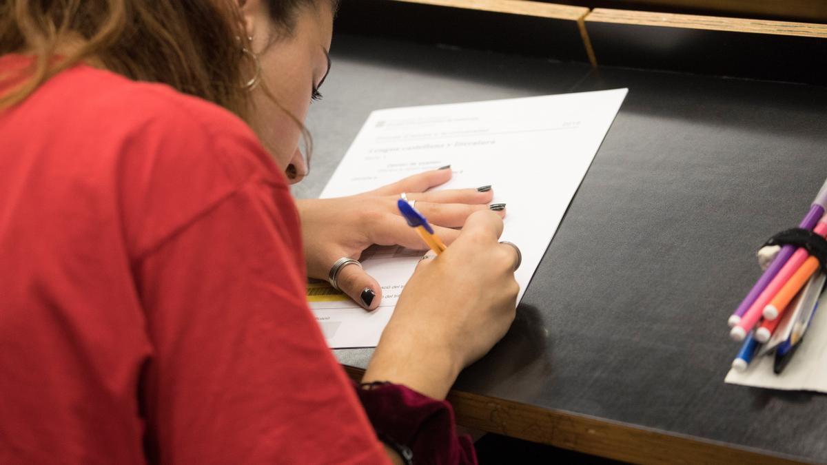 Una estudiante, durante la prueba de Selectividad de 2019 en Barcelona.