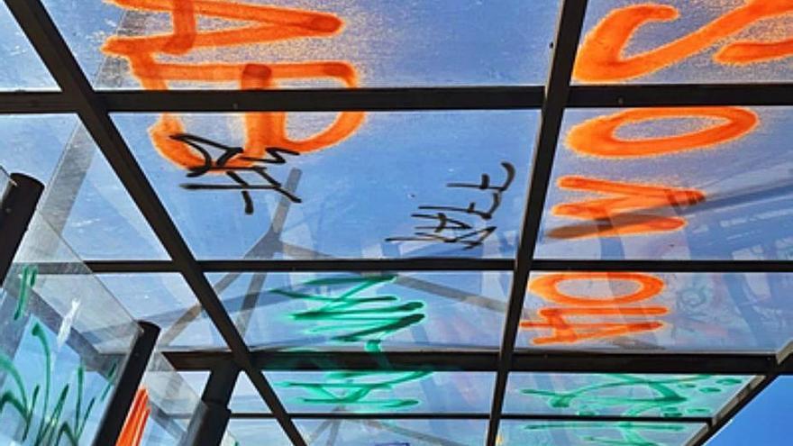 Los vándalos emborronan sin control el parque de los Lirios de Benavente con nuevas pintadas