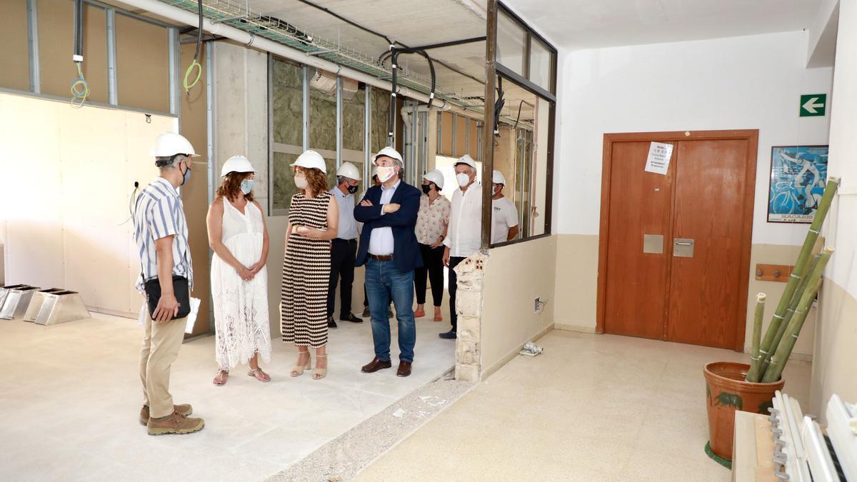 Las autoridades, durante la visita a las obras de ampliación de la Escola Nova de Porreres, este lunes.