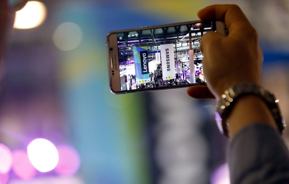 Una persona toma una foto con un teléfono Samsung.