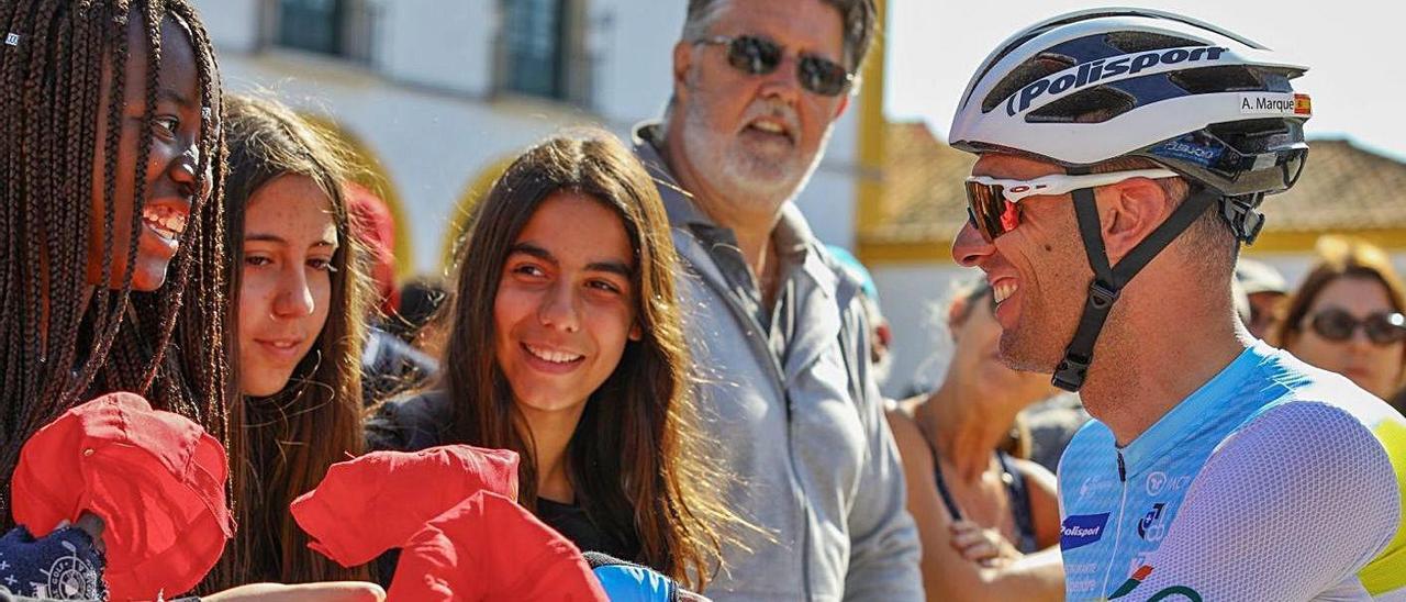 Marque firma autógrafos en una etapa de la Volta a Portugal.