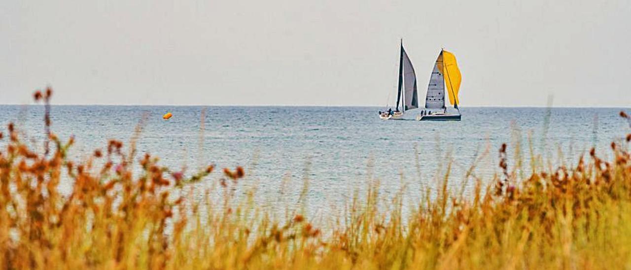 Dos veleros surcan las aguas de la bahía de Cullera.   LEVANTE-EMV