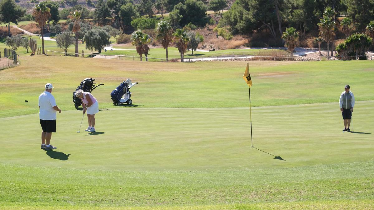 Turistas extranjeros jugando al golf en el campo de Alenda (Monforte), este viernes