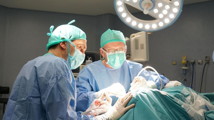 El Sergas reduce en un mes la espera por una cirugía con respecto a hace un año, pero hay 3.740 pacientes más en lista