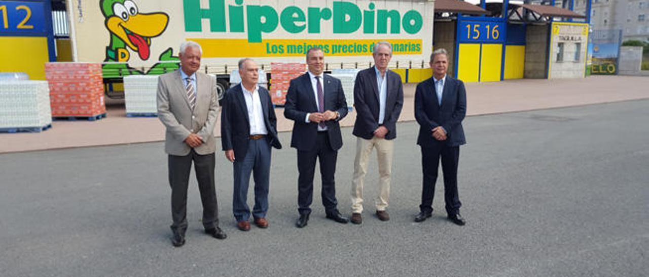 De izqda. a der. Puga (Hiperdino), Marrero (Cáritas), Ramírez, Pedro Llorca (Banco de Alimentos) y Nicolás Ortega.
