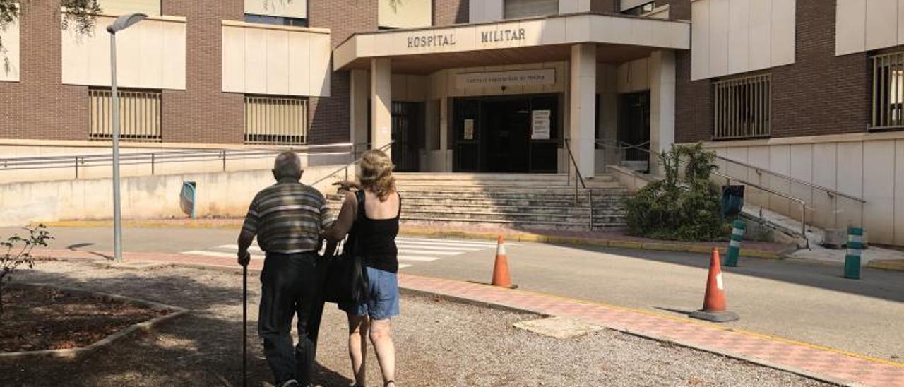 Dos personas se dirigen al Centro de Especialidades de Mislata para su atención. | SARA COBOS