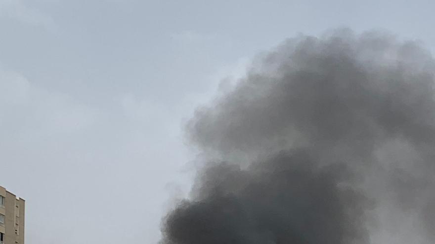 Una furgoneta en llamas provoca una gran humareda en la playa de San Juan
