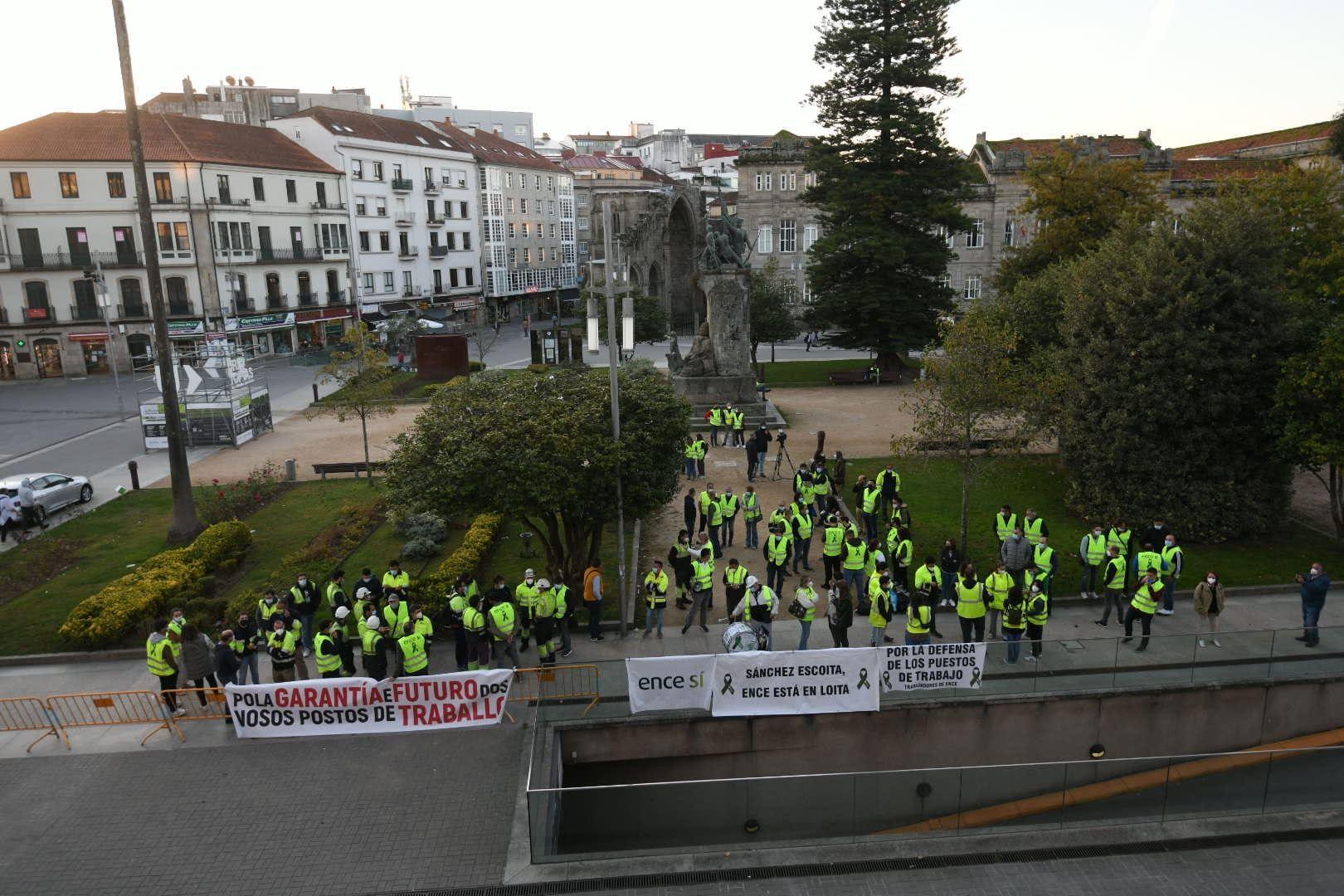 Trabajadores de Ence protestan ante la mesa de diálogo de la fábrica