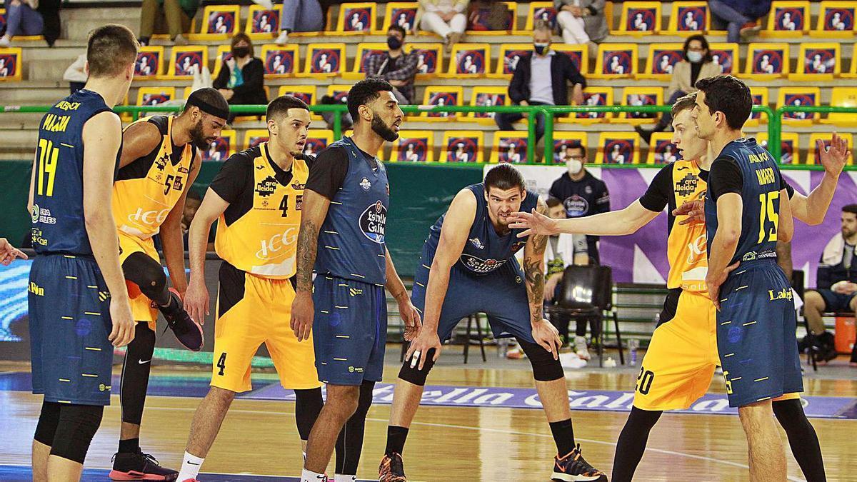 Acción del partido con el Lleida, donde Spight, en el centro, fue el máximo anotador.   // I. OSORIO