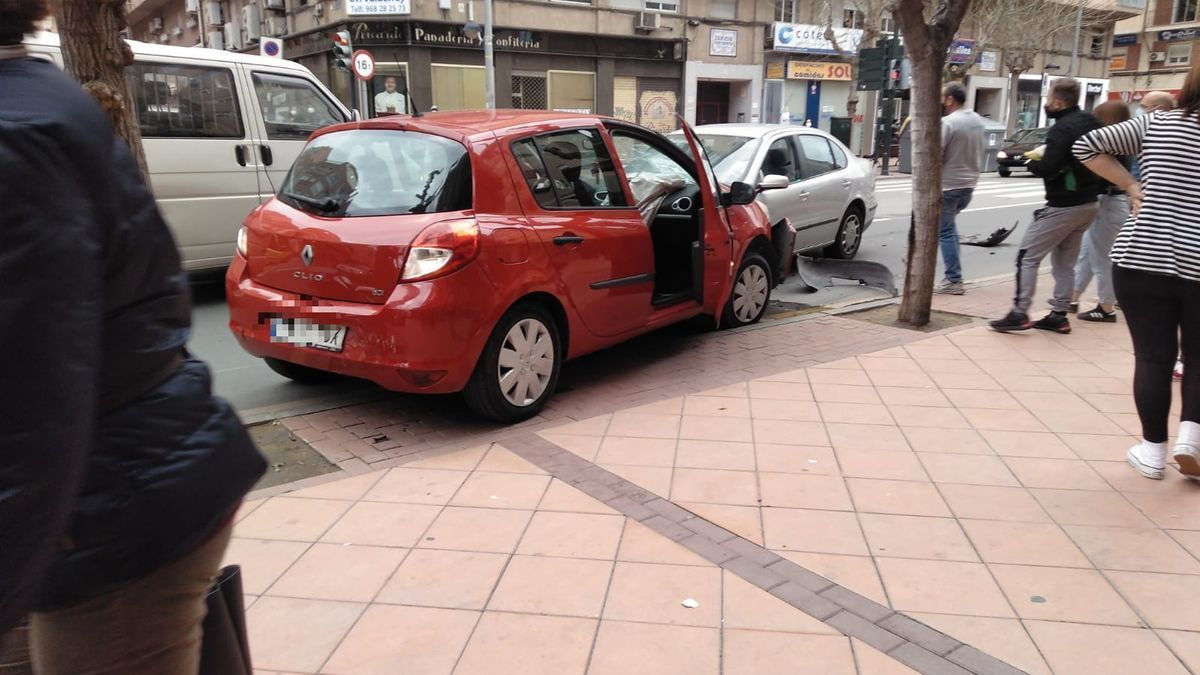 Viandantes junto a vehículos implicados en el siniestro vial.