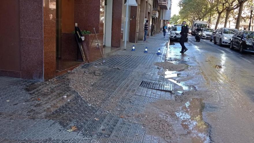 Una fuita d'aigua afecta el darrer tram del passeig Pere III de Manresa