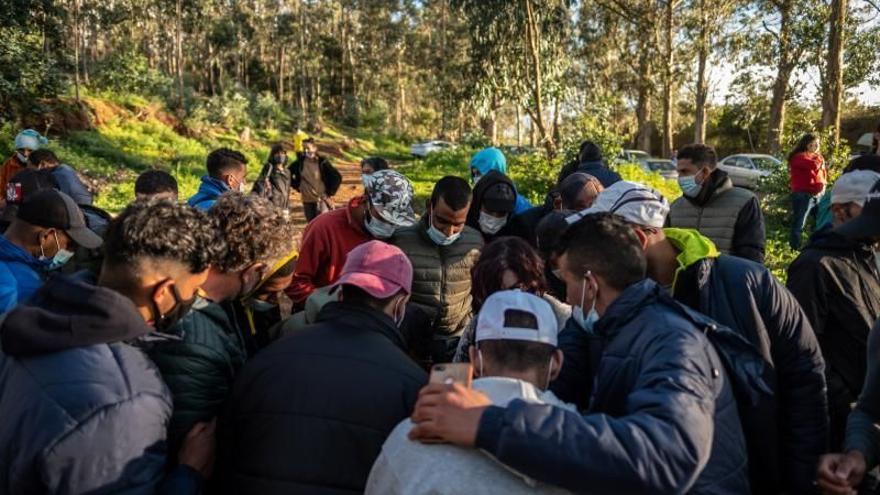 """La Asamblea de Las Raíces denuncia agresiones de vigilantes y """"maltrato"""" hacia los migrantes"""