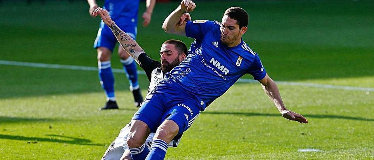 Blanco Leschuk, derribado durante el partido ante el Castellón. |