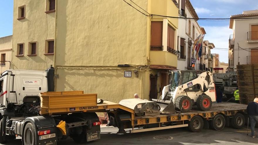 Un tráiler queda atrapado en la calle principal de Benitatxell