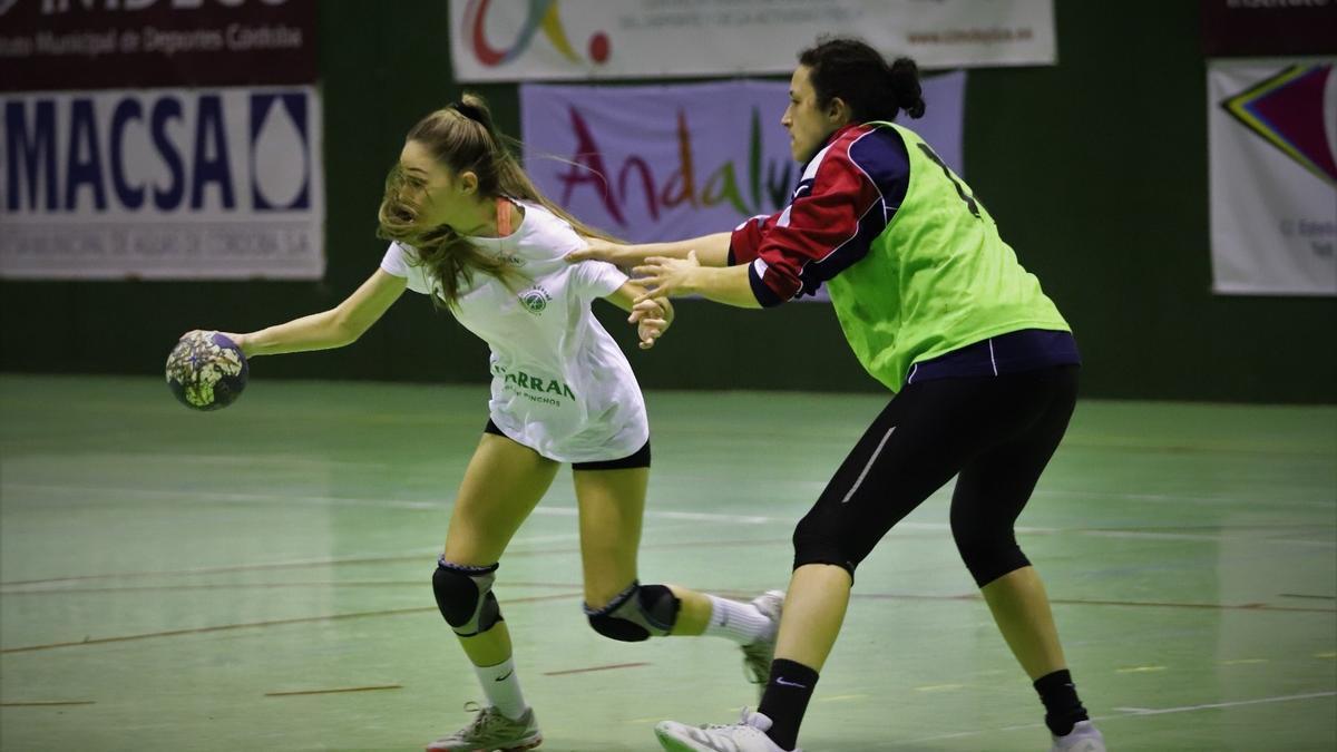 Fanny Monros defiende a Irene García en un entrenamiento.