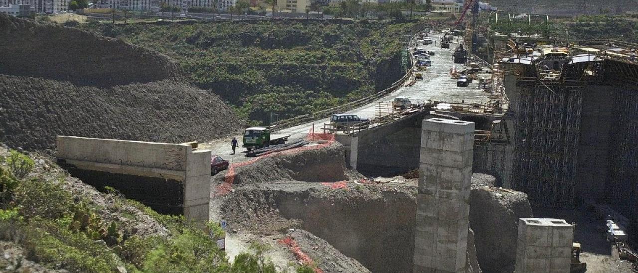 Colocación de los pilares de un viaducto de la Circunvalación, en 2004. | | LP/DLP