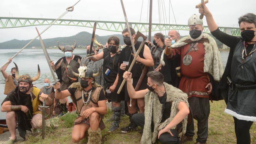 Catoira da la bienvenida a los vikingos más protocolarios