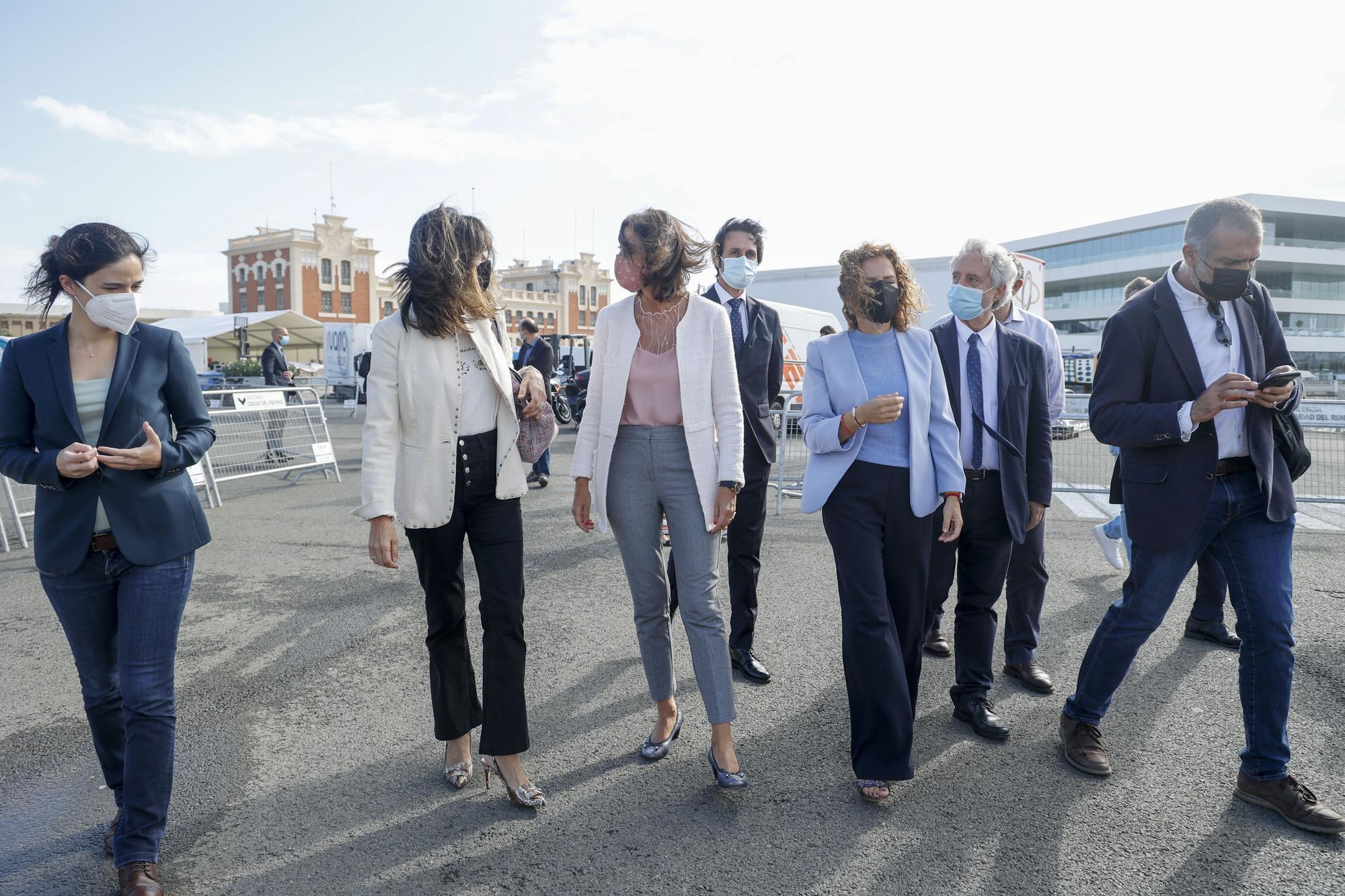 La ministra Reyes Maroto, visita la carpa de Orange y Levante-EMV, para experimentar el proyecto 5G y Turismo