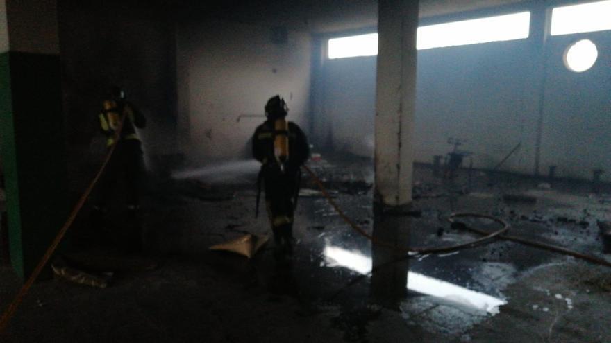 Incendio de cartones y cajas en nave abandonada de la urbanización de Las Torres