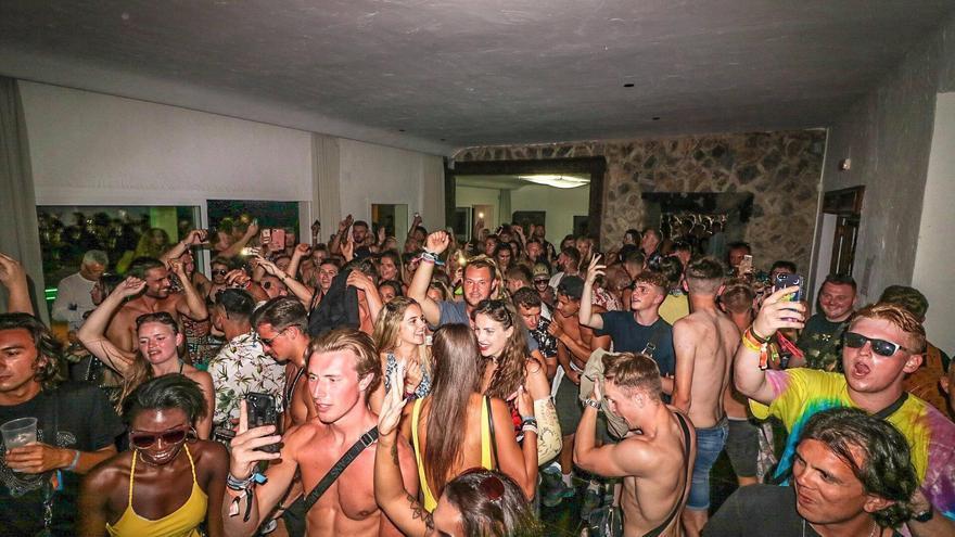 El Consell propone un encaje legal para actuar en fiestas ilegales en casas en Ibiza