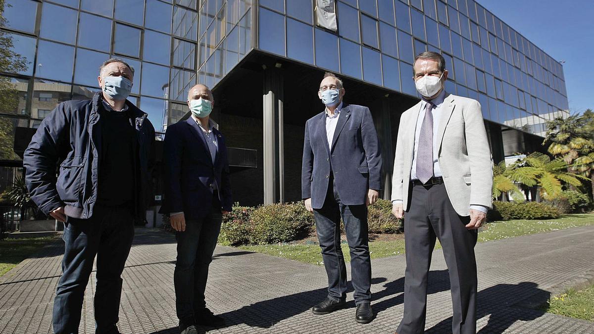 José Luís Míguez, David Regades, Manuel Reigosa y Abel Caballero, ayer, enfrente del complejode López Mora