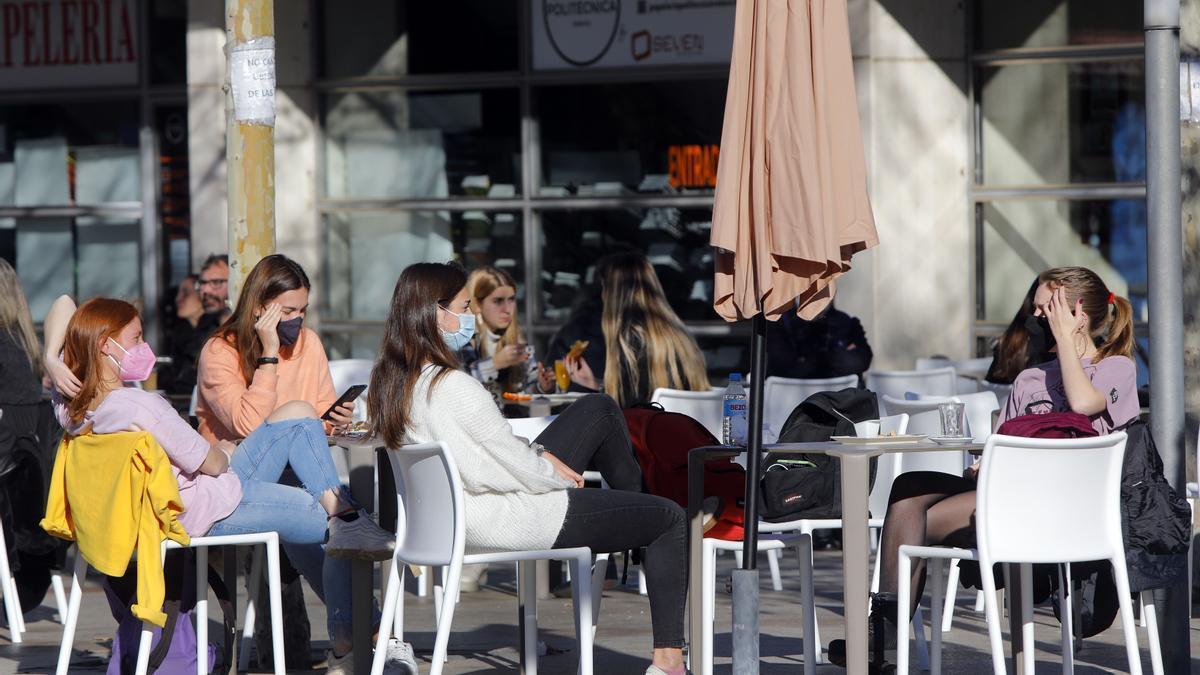 Terraza de un bar de la Universitat de València antes de la aplicación de las actuales restricciones por coronavirus.