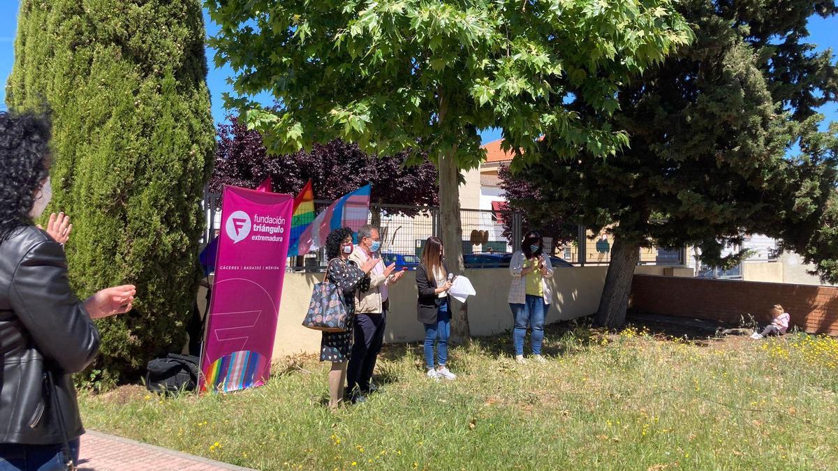 Lectura del manifiesto contra la LGTBIfobia en el centro infantil Zarapico de Casar de Cáceres.