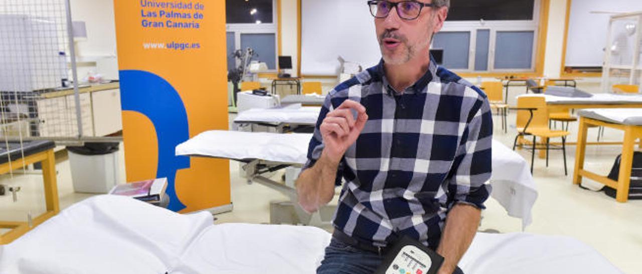 Juan Muro Zabaleta, con el aparato de neuromodulación no intrusiva en la ULPGC.