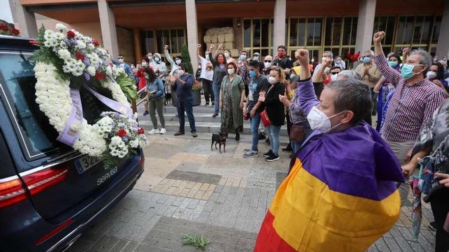 Una multitud despide en Córdoba a Julio Anguita con llanto pero sin besos ni abrazos