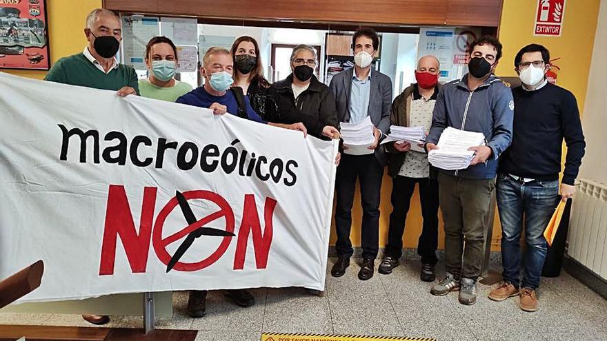 Vecinos y empresarios de Paderne se unen contra el eólico Pena do Corvo
