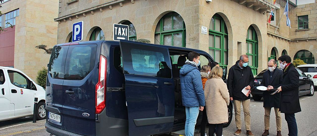 Los autores de la 'app' explican su funcionamiento al alcalde y a conductor y usuarios del centro Juan María.