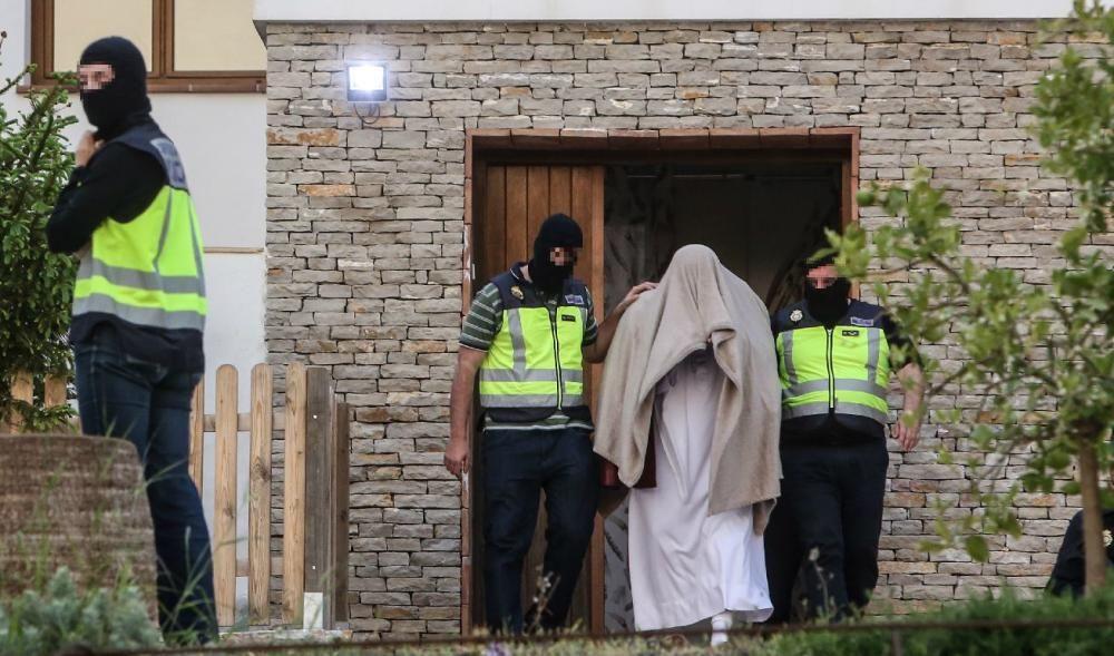 El presunto yihadista sale de su viviendas tras el registro policial