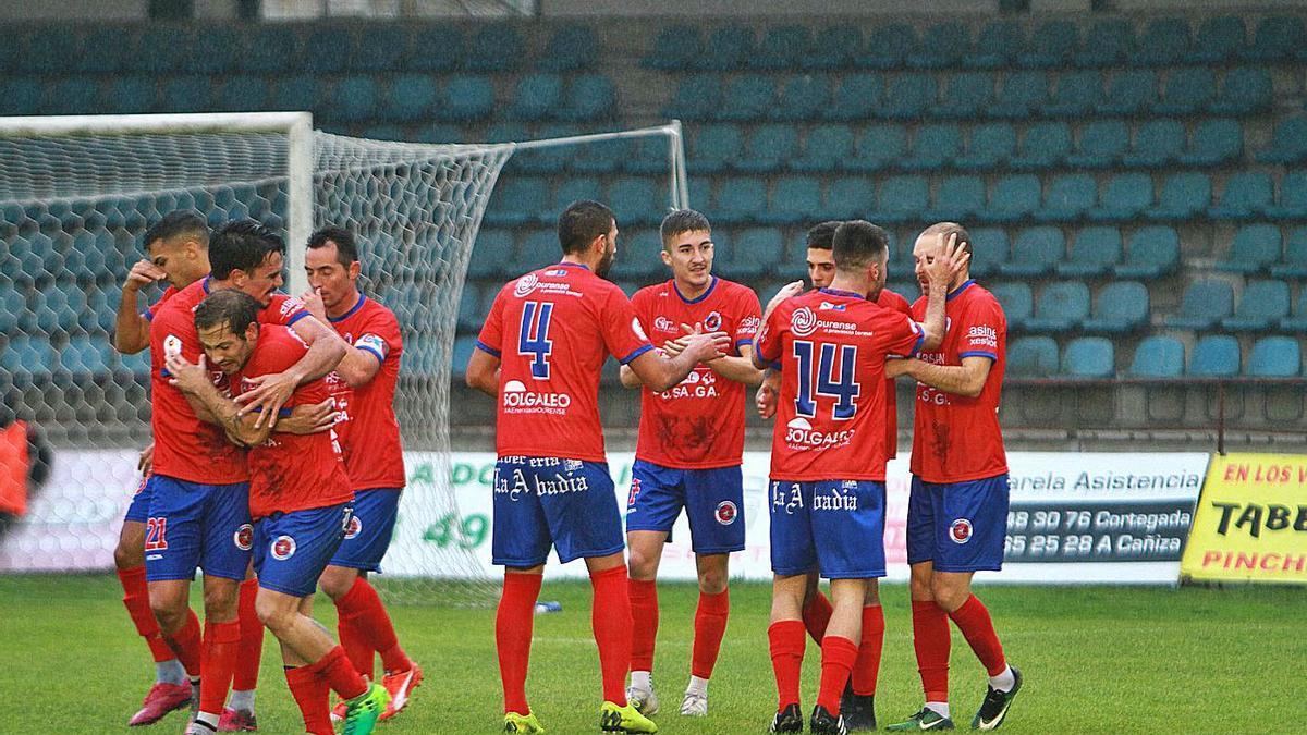 La Unión Deportiva Ourense celebrando un gol en el partido contra el Rápido de Bouzas. |  // IÑAKI OSORIO