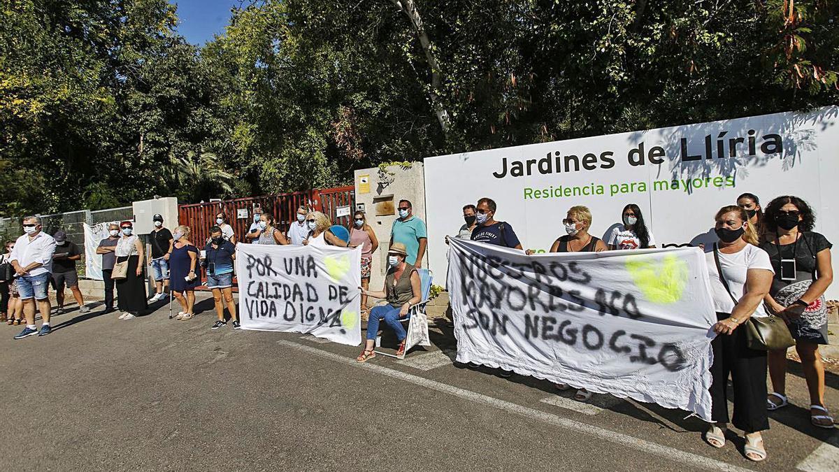 Protesta de familiares de residentes de la residencia DomusVi de Llíria, en septiembre.  | EDUARDO RIPOLL