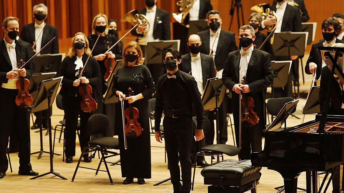 El pianista Juan Barahona, en el centro, y los músicos de la OSPA, antes del inicio del concierto. | Luisma Murias