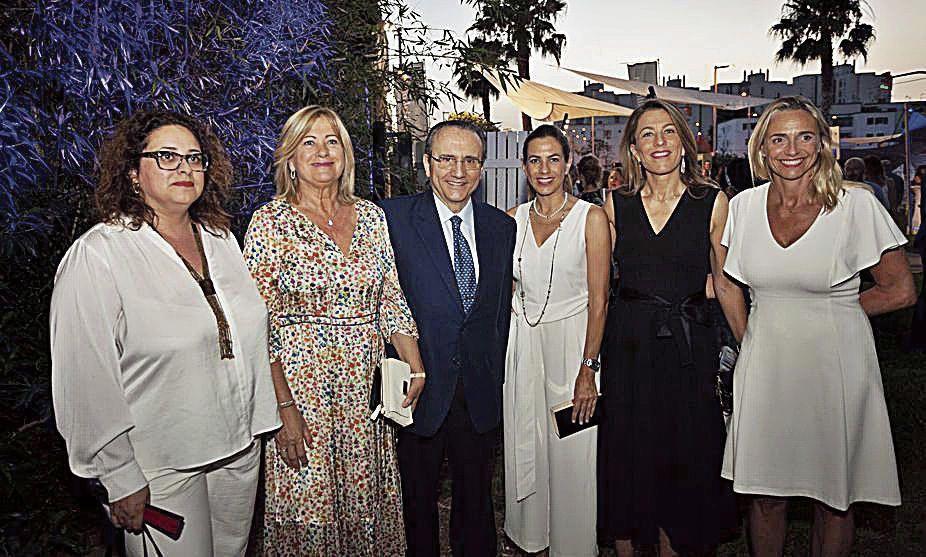 María J. Aguiló, Isabel García, del Grupo Piñero; Javier Moll, presidente de Prensa Ibérica; Lidia y Encarna Piñero; y María Frontera, de los hoteleros.
