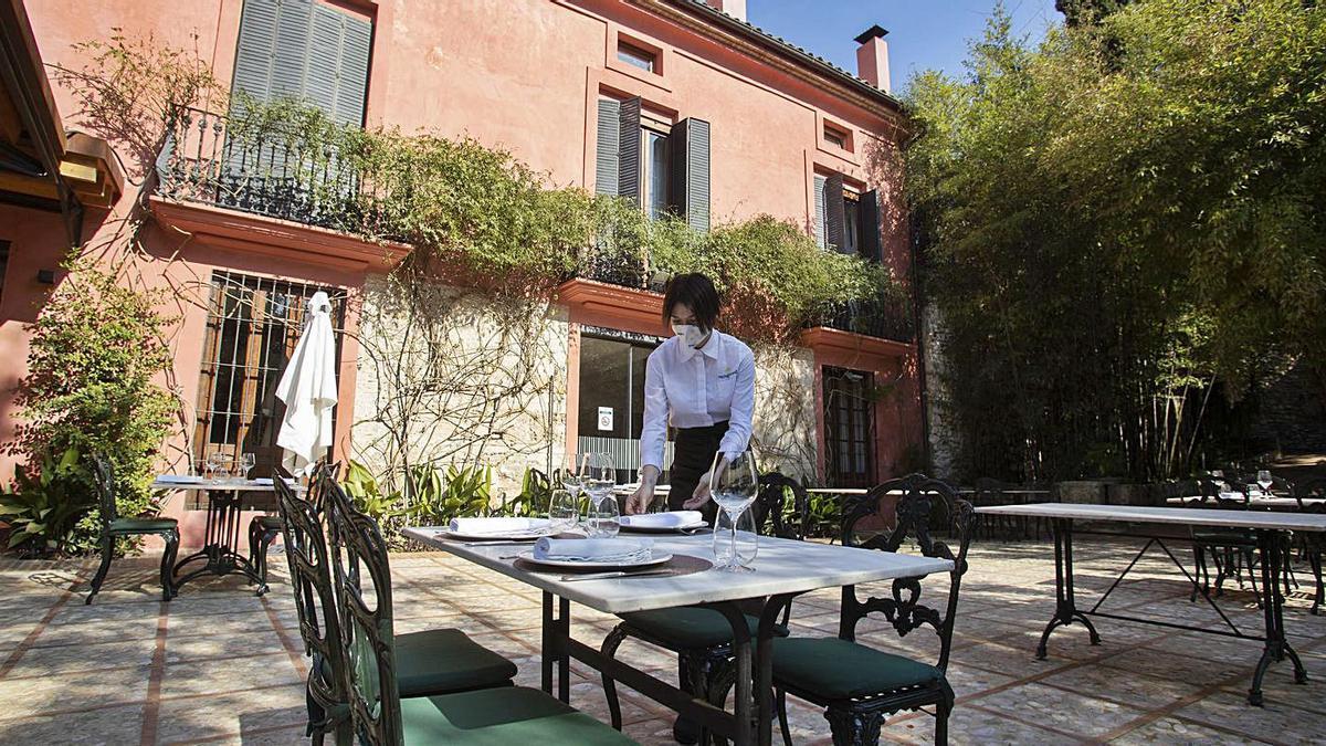 L'Hotel Mont Sant, a Xàtiva, durant els preparatius per a Setmana Santa.   PERALES IBORRA
