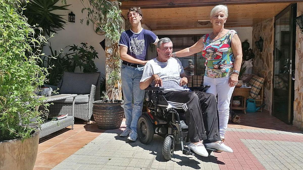 Josefina Iglesias con su hijo y su nieto en el jardín de su vivienda de Cambre.  | // LA OPINIÓN