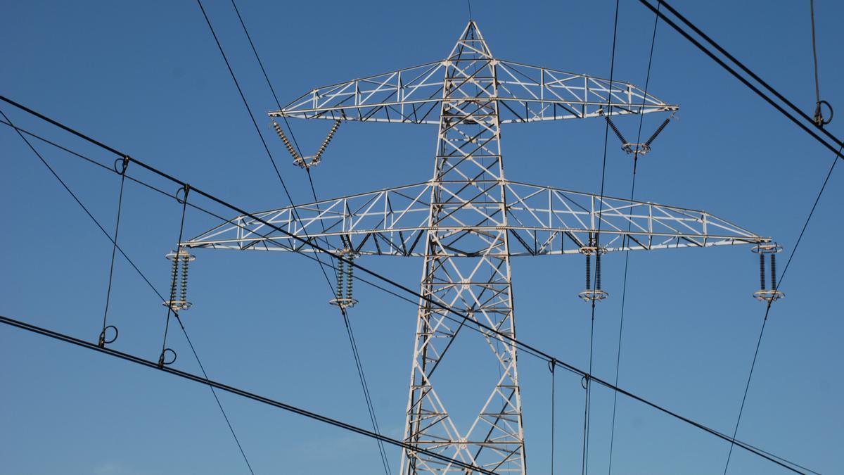Imagen de archivo de una torre eléctrica.