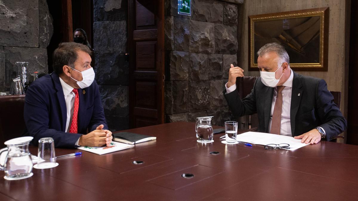El alcalde de Santa Cruz, José Manuel Bermúdez, y el presidente del Gobierno canario, Ángel Víctor Torres.