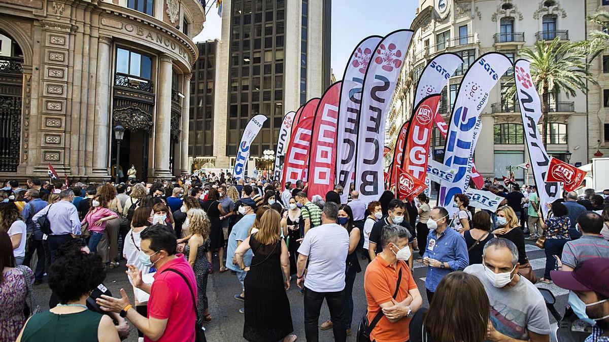 Un momento de la concentración de los trabajadores en la sede de València, ayer. | G. CABALLERO