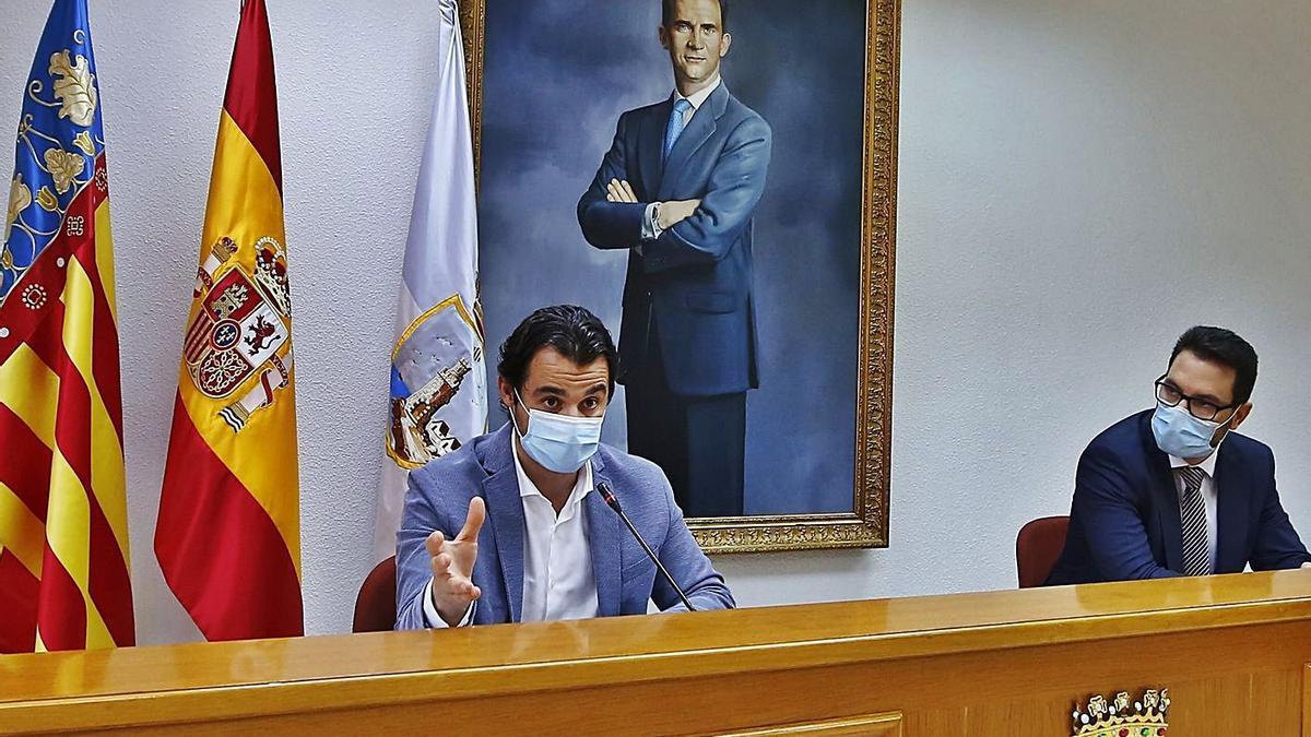El alcalde de Torrevieja, Eduardo Dolón, y el edil Federico Alarcón, ayer.