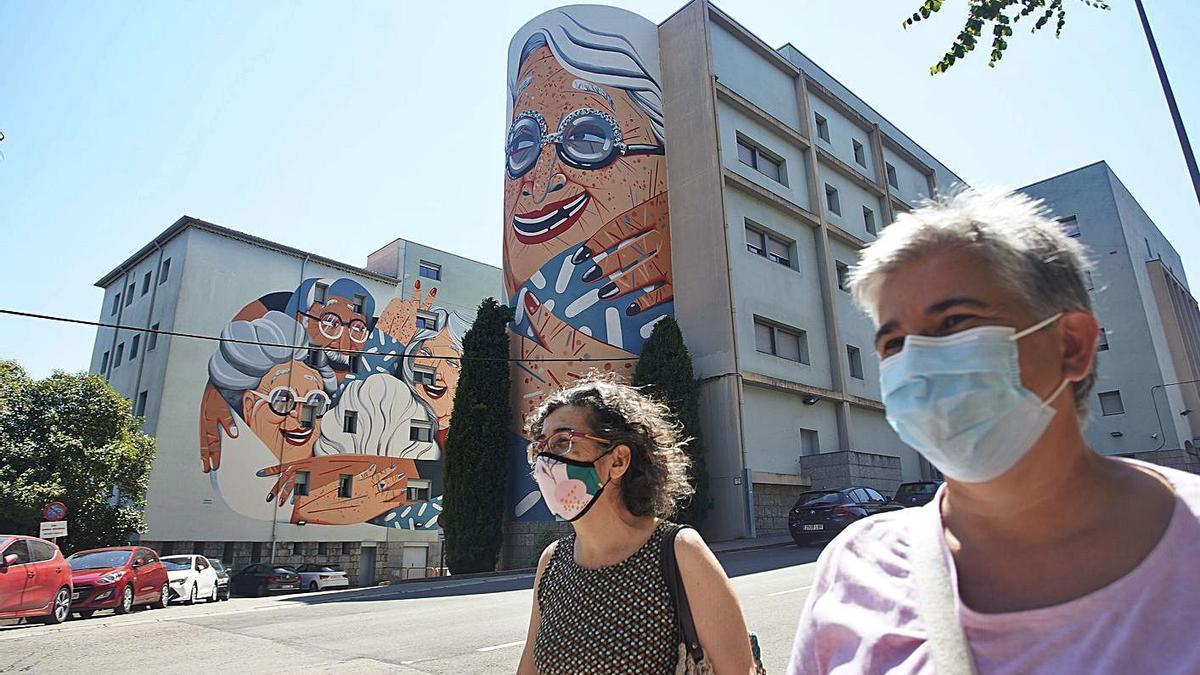 El mural, situat a la façana lateral de la residència Puig d'en Roca de Girona. | MARC MARTÍ