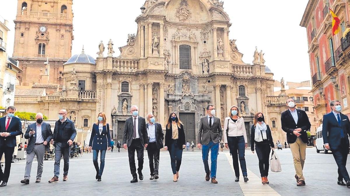 José Ballesta camina por la plaza de Belluga acompañado por concejales que formaron parte de su equipo de Gobierno