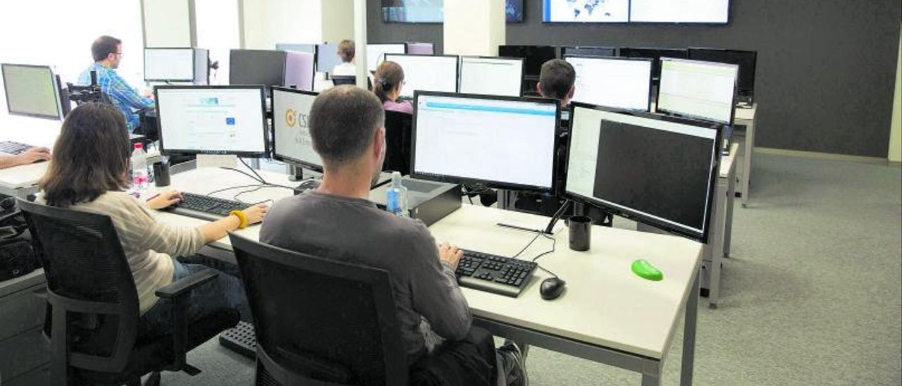 Trabajadores conectados a internet.|  | FERNANDO BUSTAMANTE